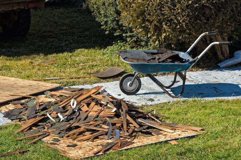 从屋顶工作的废物 免版税库存照片