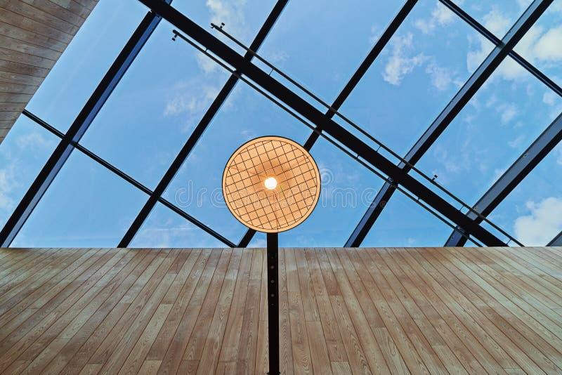 屋顶抽象现代设计有开放天花板的在北欧样式 免版税图库摄影