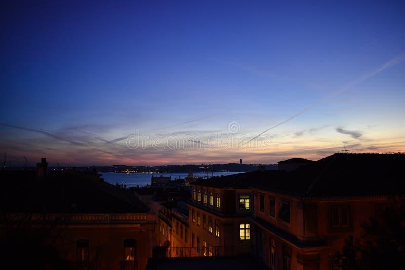 屋顶日落在里斯本,葡萄牙 库存图片