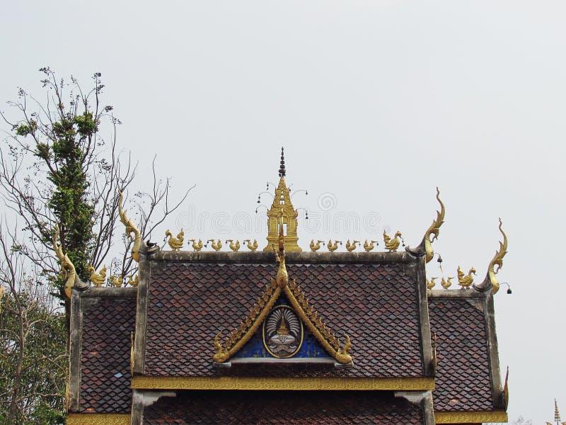 屋顶是独特的在泰国建筑学泰国寺庙的装饰和山墙  免版税图库摄影