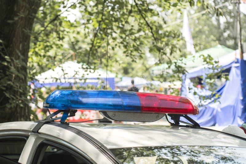 屋顶登上的lightbar一辆紧急车 警车警报器在巡逻期间的在城市 免版税库存照片