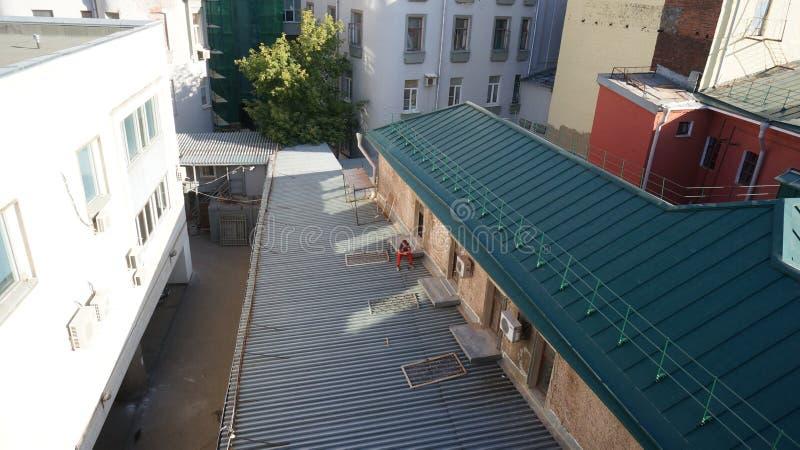 屋顶的人 免版税库存照片