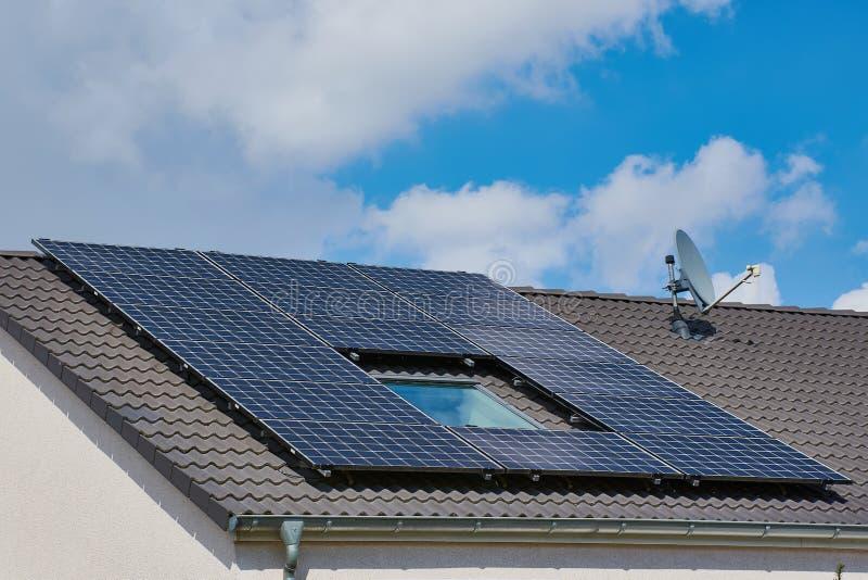 屋顶的光致电压的能源厂 库存图片