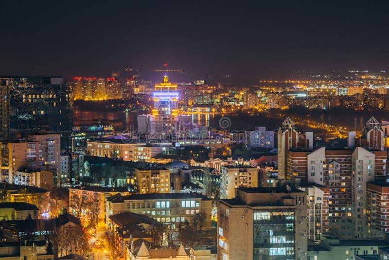 从屋顶的夜都市风景向街市的沃罗涅日 现代房子 免版税库存照片