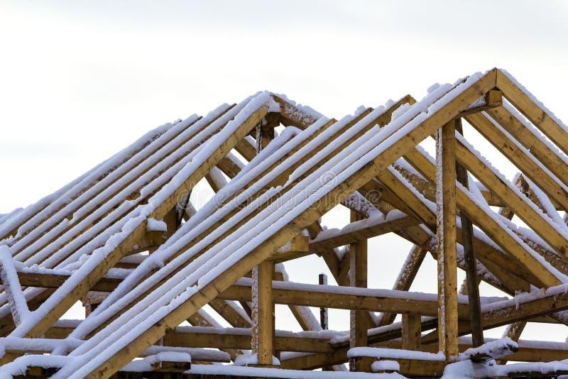 屋顶的木制框架在建筑工作期间的在一新hous 免版税库存图片