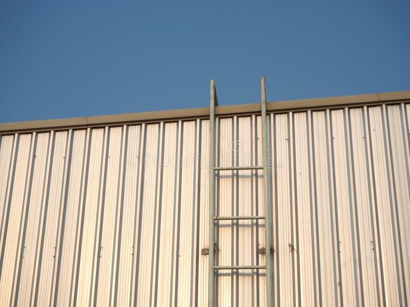 屋顶的梯子 免版税库存图片