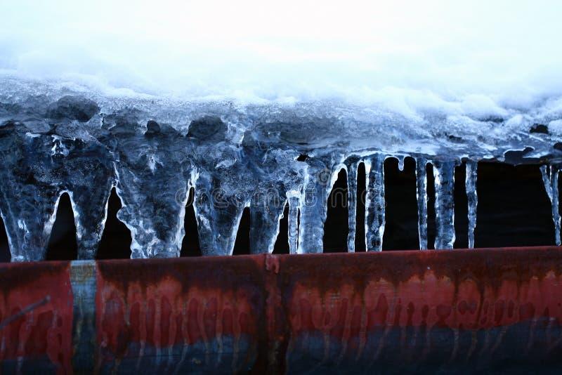 图片 包括有 腐蚀, 冬天, 灰姑娘, 房檐, 冰柱, 背包, 详细资料