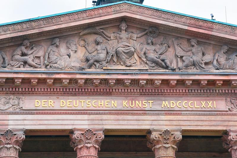 屋顶的装饰在老国家美术馆在柏林 免版税库存照片