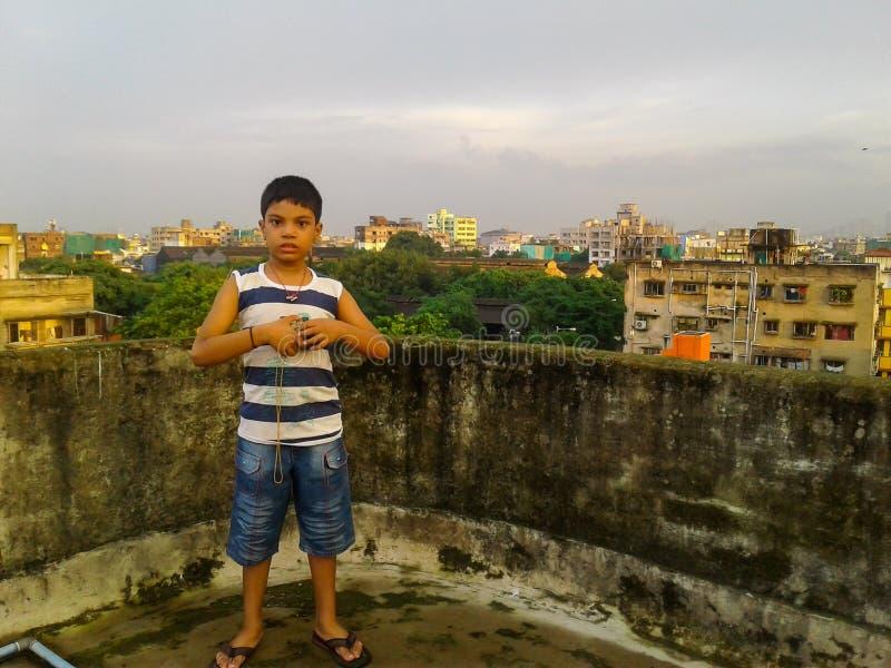 屋顶的逗人喜爱的男孩 免版税库存照片