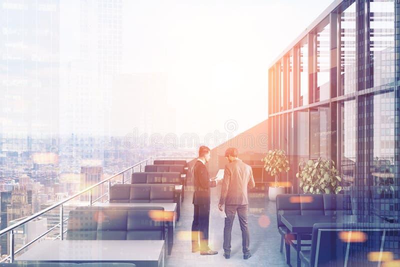 屋顶的餐馆,黑沙发,城市居民 免版税库存图片