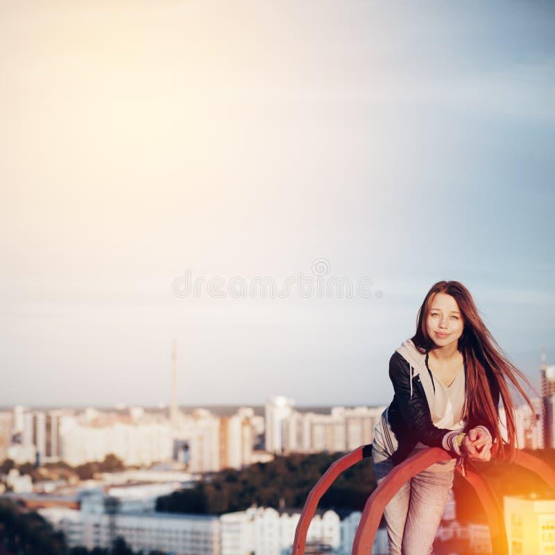 屋顶的年轻聪慧的妇女 免版税库存图片