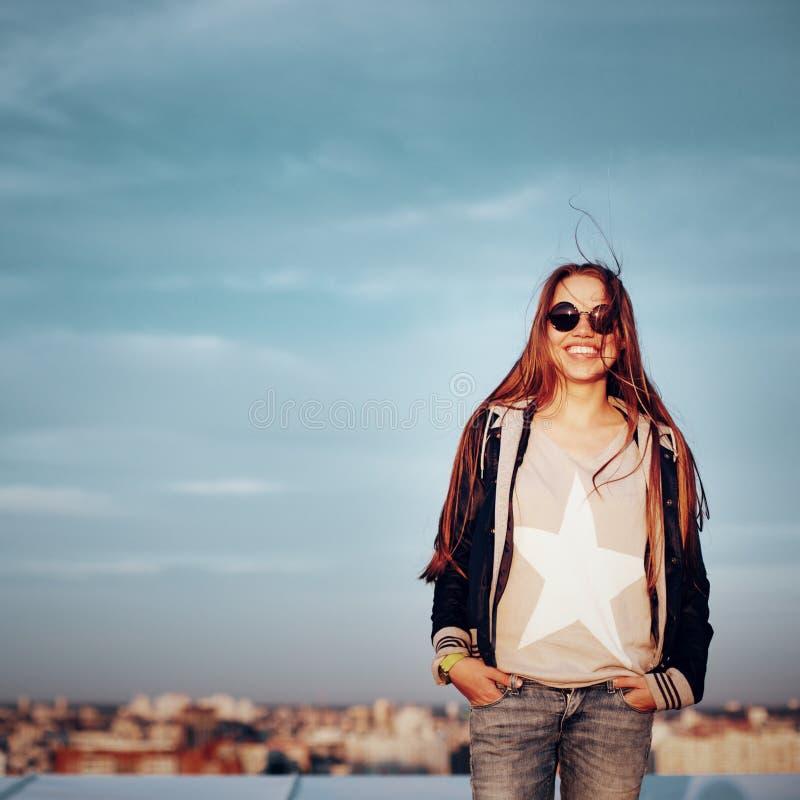 屋顶的年轻聪慧的妇女 库存图片