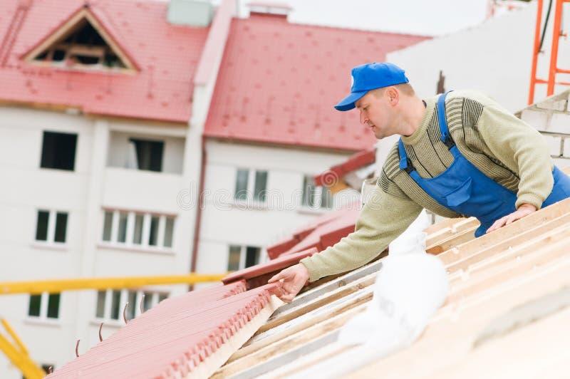 屋顶盖瓦工作 免版税库存图片