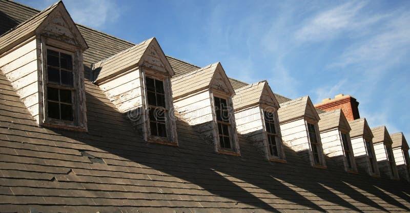 屋顶窗需要维修服务屋顶 免版税库存照片
