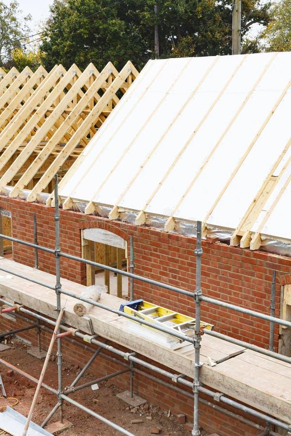 屋顶绝缘材料安装 免版税库存图片