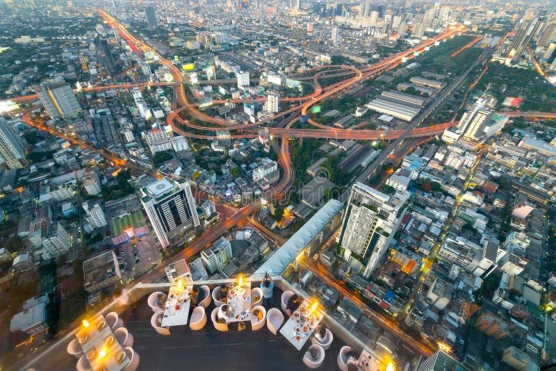 屋顶酒吧有曼谷市,泰国鸟瞰图  免版税库存照片