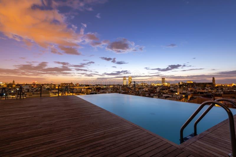 屋顶顶面水池日出,巴塞罗那 免版税库存图片