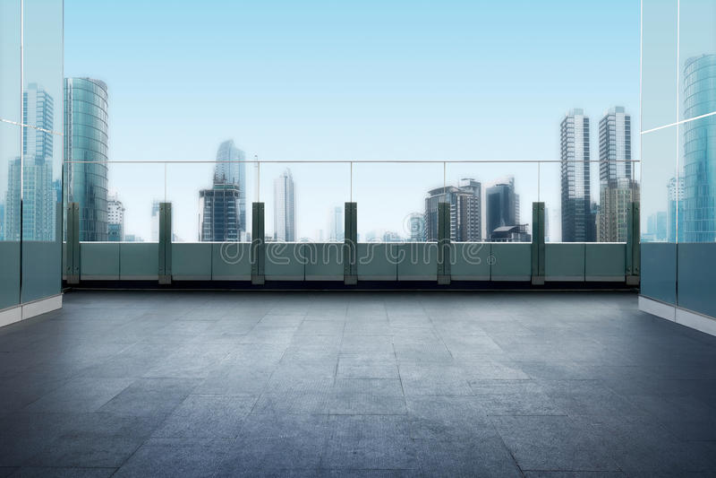 屋顶顶面阳台有都市风景背景 免版税库存照片