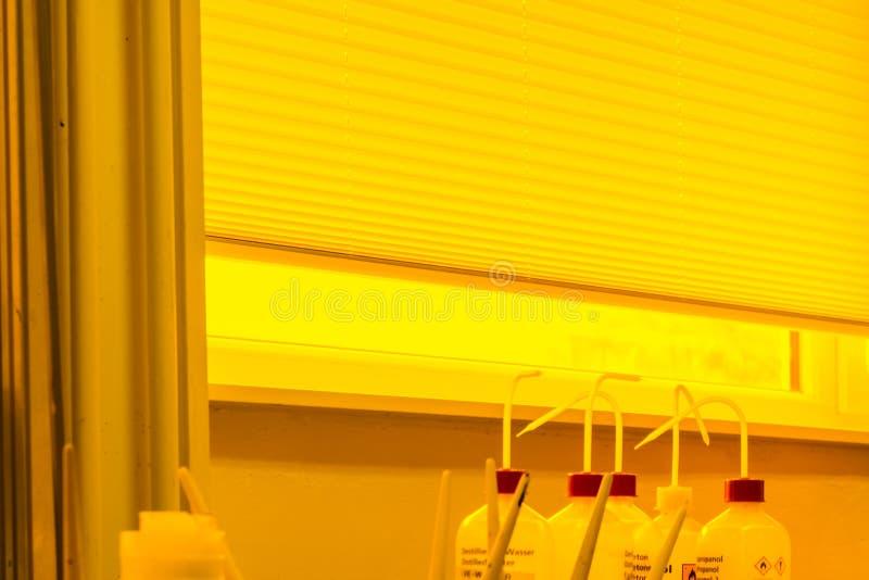 屏幕印刷装置发展黄色室专家我 库存图片