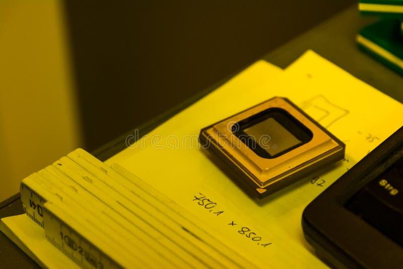 屏幕印刷装置发展黄色室专家我 免版税库存图片