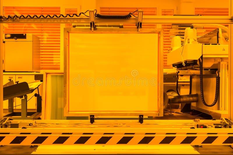 屏幕印刷装置发展黄色室专家我 免版税库存照片