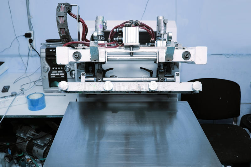 屏幕打印机在打印车间 库存照片