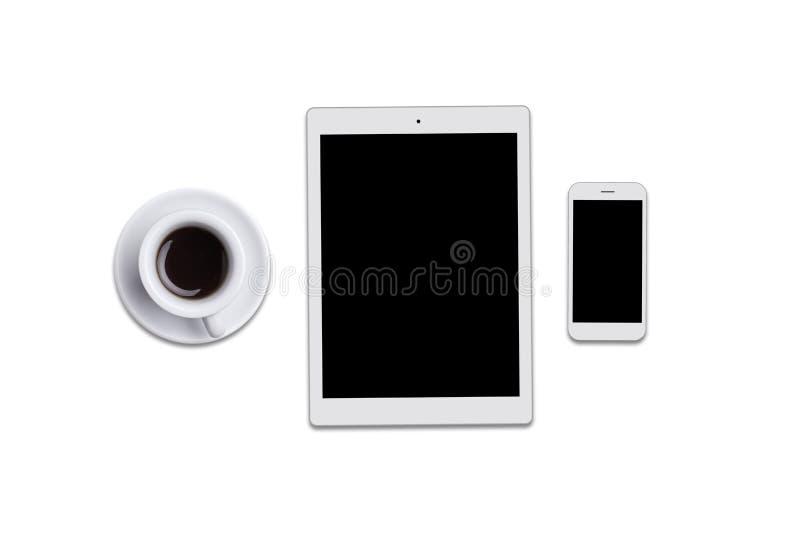 黑屏片剂、巧妙的电话和咖啡被隔绝在白色背景 说谎在平的surfac的现代小配件顶视图  库存图片