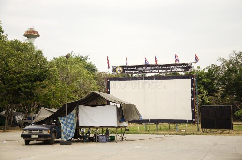展示人的室外戏院电影院在操场 免版税库存照片