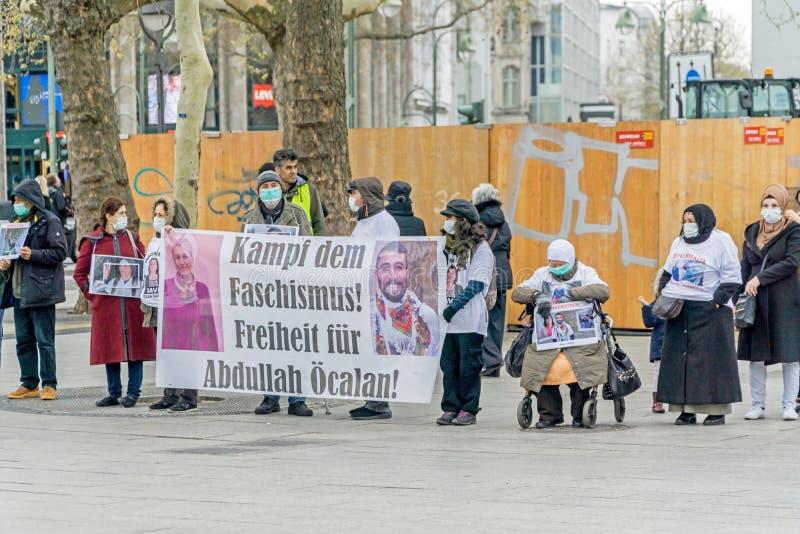 展示在柏林的一个小组平安的沈默抗议者 免版税库存照片