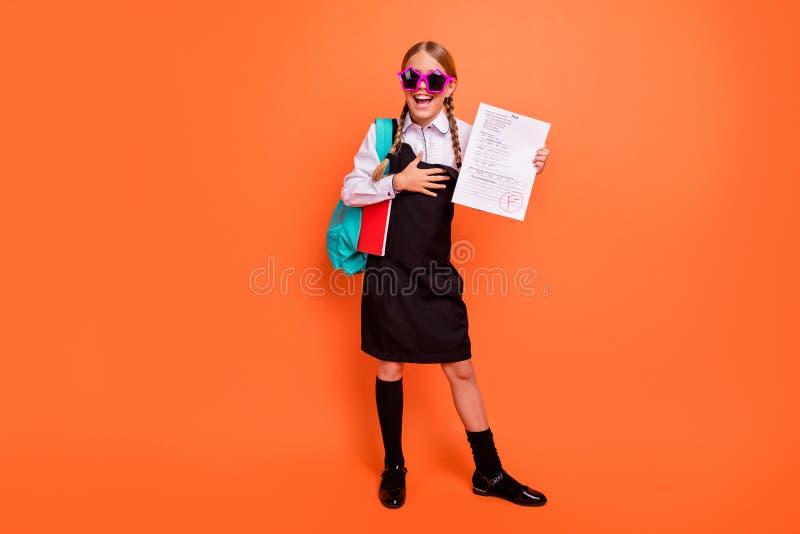展示失败的全长身体尺寸观点的好可爱的散漫的快乐的爽快淘气高兴的青春期前的女孩 库存照片