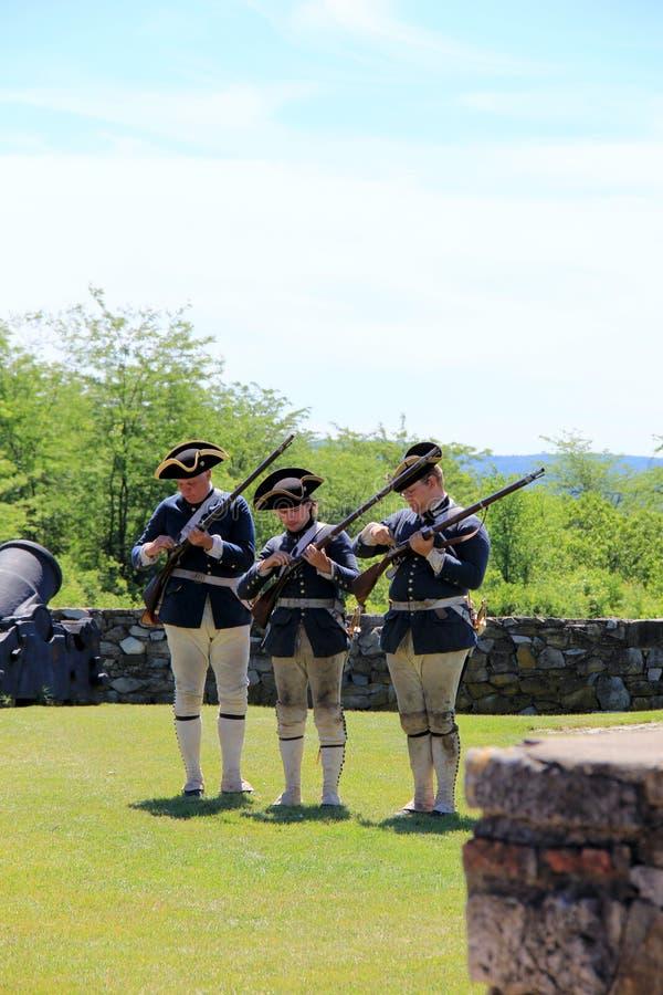 展示如何的年轻人装载和射击步枪,堡垒Ticonderoga,纽约, 2015年 免版税库存图片