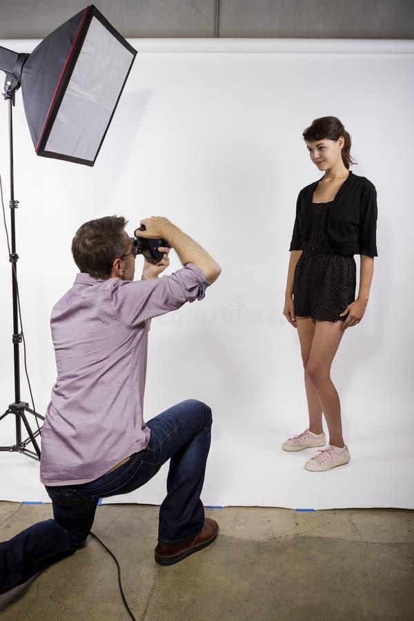 展示演播室摄影的摄影师 免版税库存照片