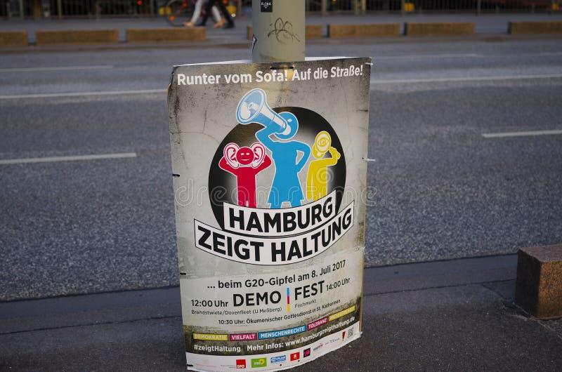 展示的海报在G20山顶在有题字的汉堡在德国`汉堡显示态度`用英语嘘汉堡 免版税图库摄影