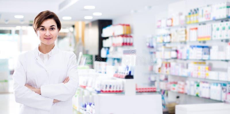 展示药房的分类的女性药剂师 免版税库存照片
