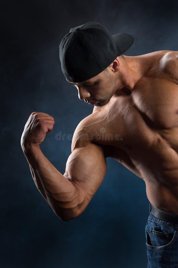 展示他强有力的肌肉的坚强的适合人 库存照片