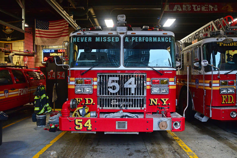 属于消防队纽约的消防车汽车的正面图 免版税库存照片