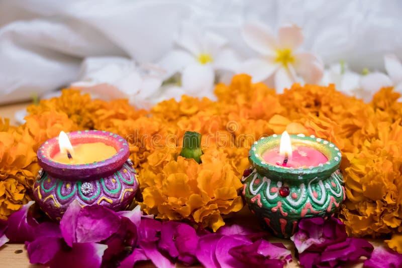 屠妖节节日,与两光的印度节日花装饰 免版税库存图片