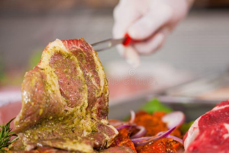 屠户人显示工作的肉店 免版税库存图片