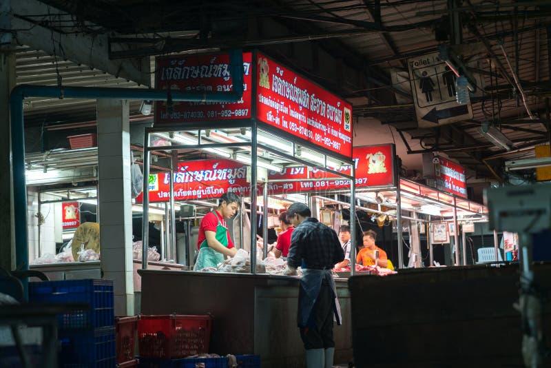 屠户在准备和卖肉的街市上后工作 免版税图库摄影