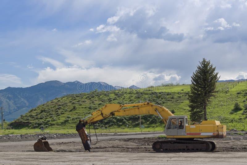 履带牵引装置挖掘机在建造场所进行工作 免版税图库摄影