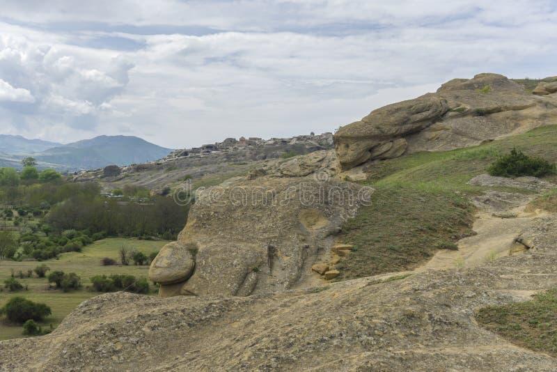 山、古老废墟和岩石风景 图库摄影