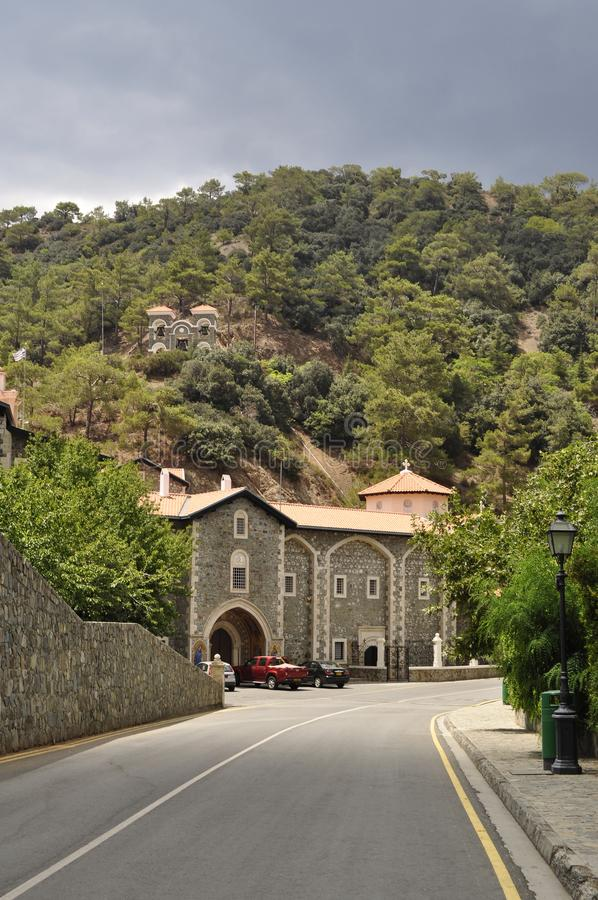 山、小山和树在Cyprys, kikkos修道院 图库摄影