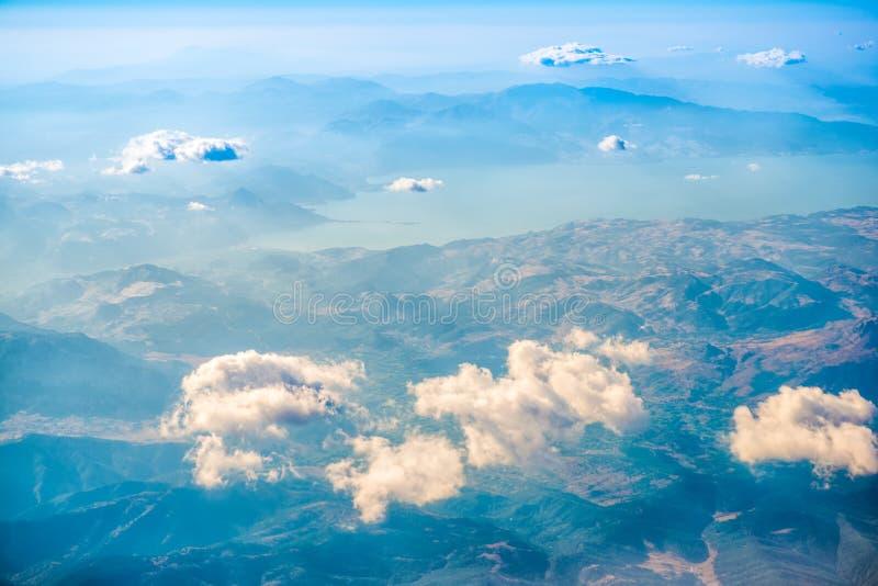 山、湖和云彩,土耳其顶视图  图库摄影