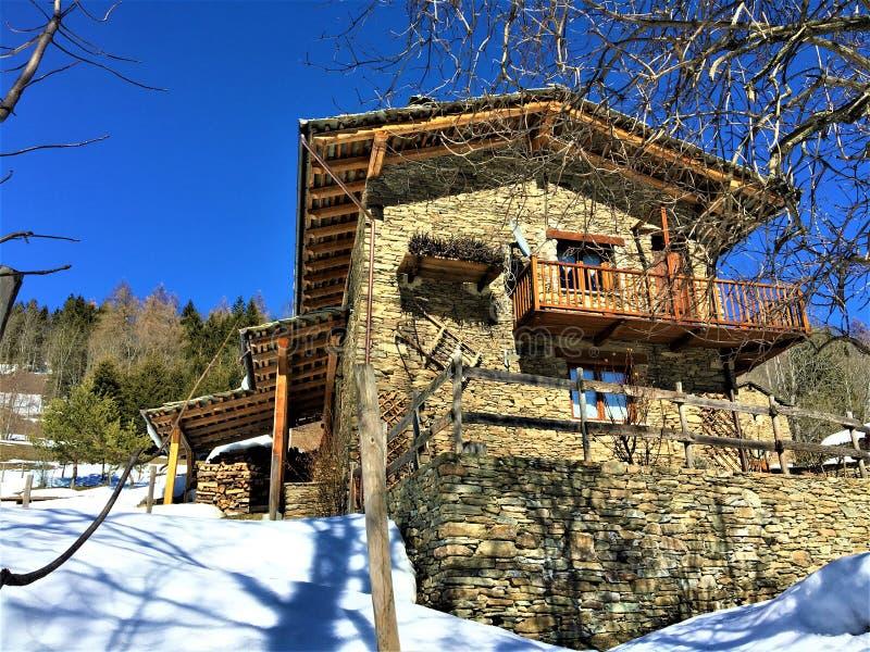 山、雪和童话房子 库存照片