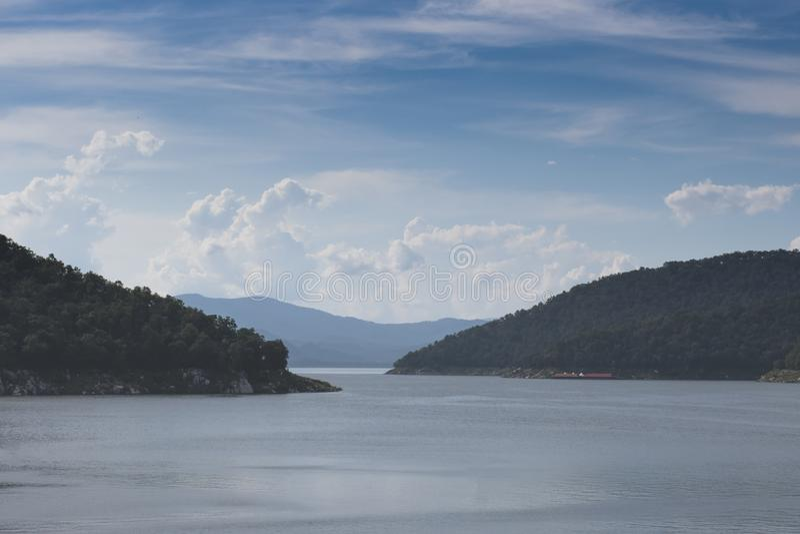 山、Rever和天空自然普密蓬水坝国立公园,达,泰国 免版税库存照片