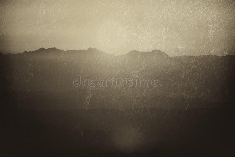 山两次曝光剪影在日落的 免版税库存照片