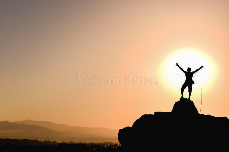 登山人到达了山顶; 上升的绳索成功山顶 免版税库存照片