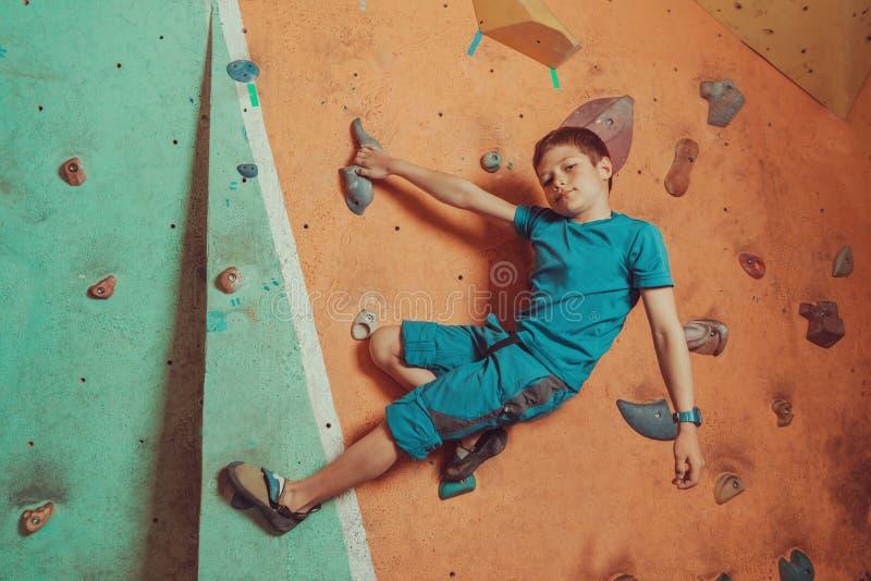 登山人在健身房的男孩训练 免版税库存照片