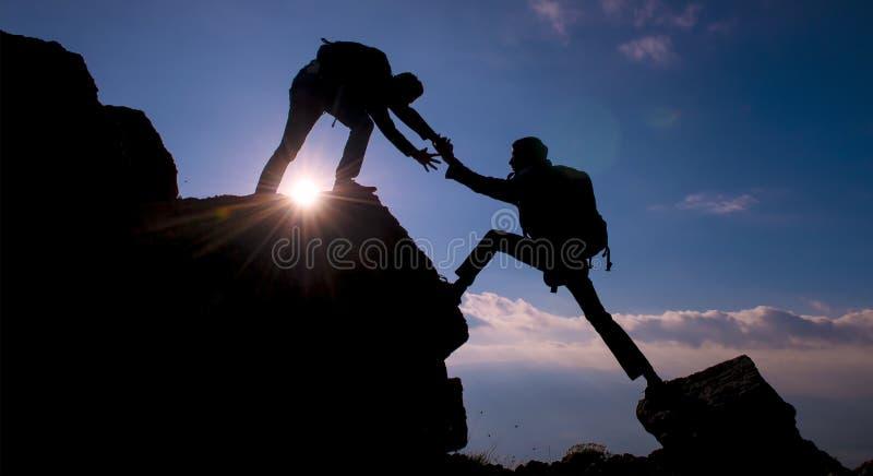 登山人帮助 图库摄影