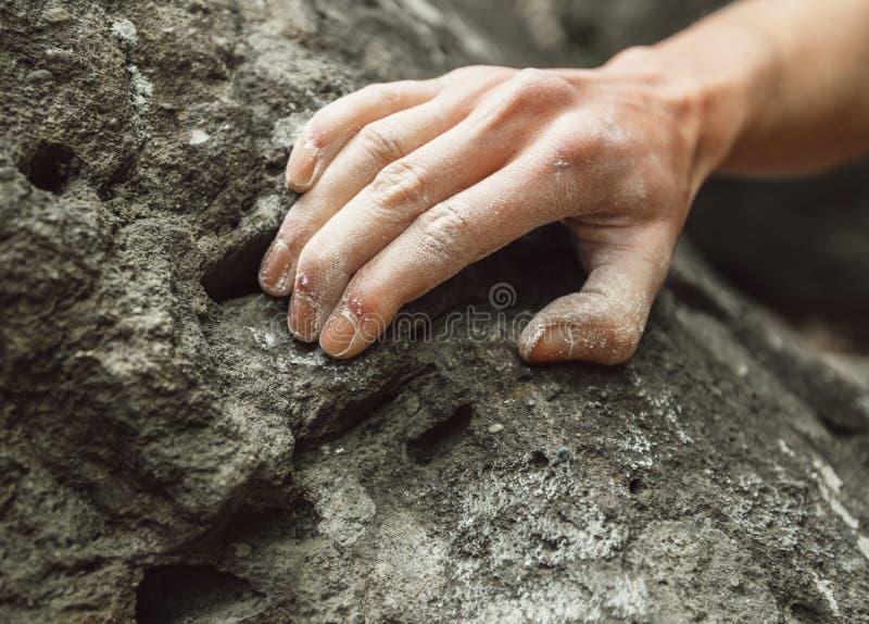 登山人手特写镜头在岩石的 免版税库存照片